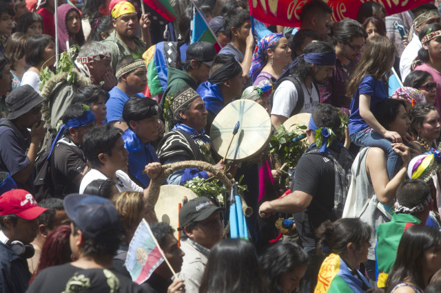 Thousands of ethnic Mapuches, Chile's largest indigenous group, marched in Santiago, Chile, on Oct. 12, 2014,  demanding the restitution of their ancestral lands on the day commemorating the 522nd anniversary of Christopher Columbus' arrival to the Americas. (AFP PHOTO)