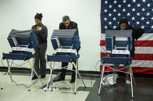 President Barack Obama casts a ballot in early voting for the 2014 midterm elections in Chicago, Illinois, on Oct. 20, 2014. (AFP Photo)