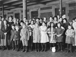 Immigrant children of unknown nationality photographed at Ellis Island in New York. ( US National Archives)