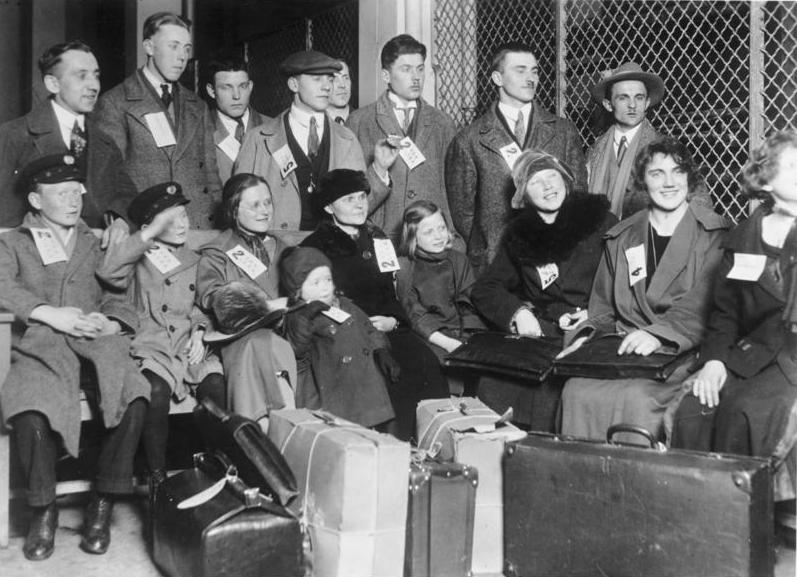 German immigrants photographed at Ellis Island in 1931. (German Federal Archives)