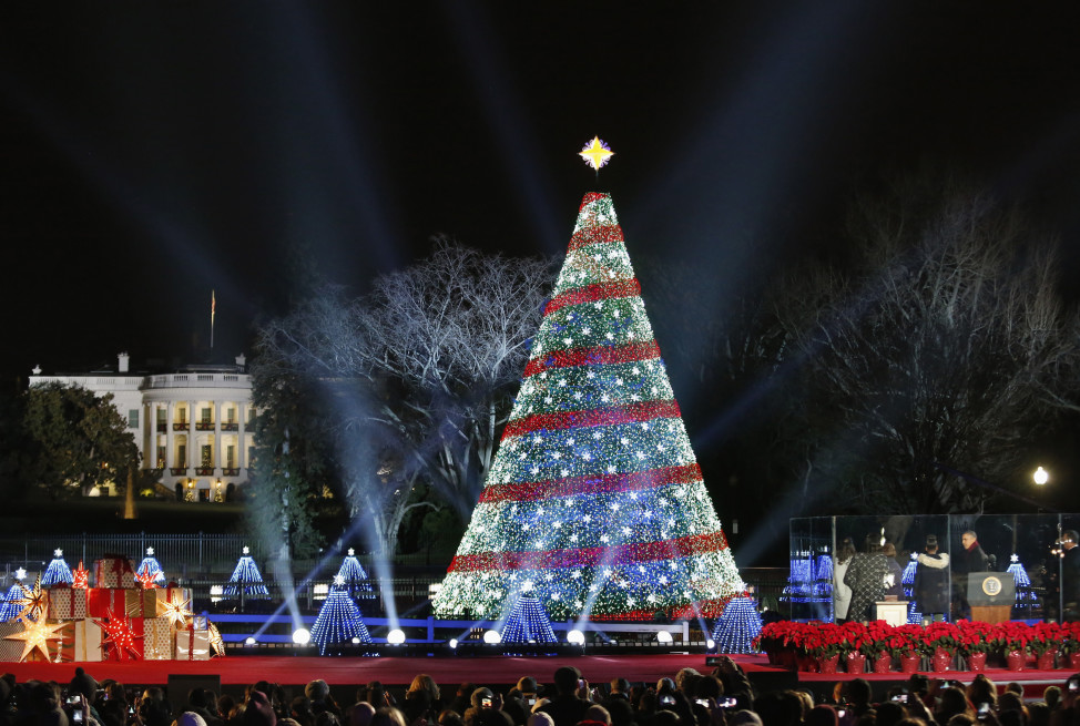 U.S. President Barack Obama (bottom R) and first family host the 92nd annual National Christmas Tree Lighting on the Ellipse in Washington, Dec. 4, 2014. (Reuters)