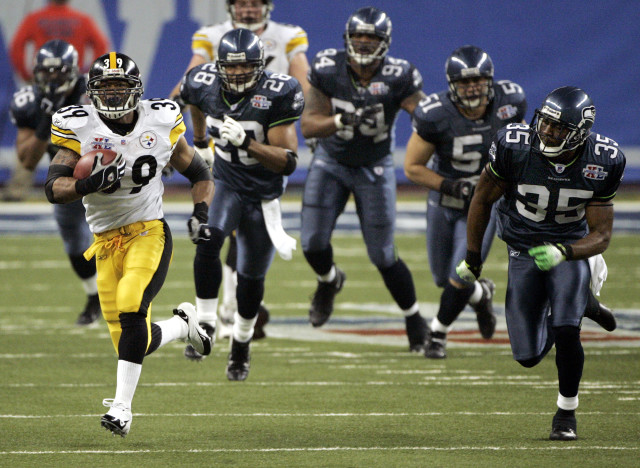 Pittsburgh Steelers running back Willie Parker makes a 75-yard touchdown run as he is chased by Seattle Seahawks players during the third quarter of Super Bowl XL in Detroit, Michigan, Feb. 5, 2006. (AP Photo)