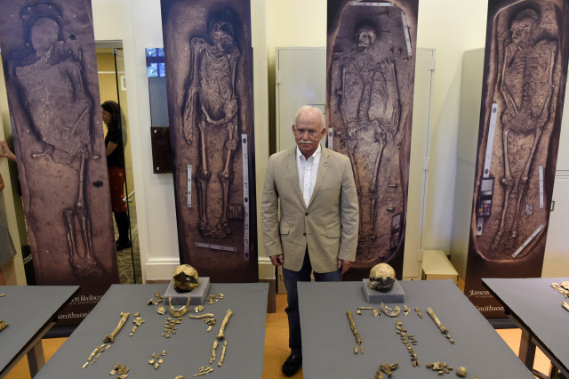 Bill Kelso, director of archaeology at Jamestown Discover, poses with bone fragments four high-status leaders at the Jamestown colony,  at the Smithsonian's National Museum of Natural History in Washington, July 28, 2015. (AP Photo)