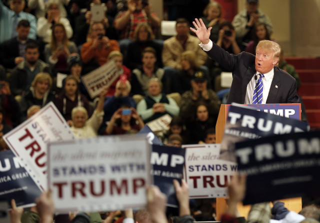 Republican presidential candidate Donald Trump waves to a cheering crowd in Claremont, New Hampshire, Jan. 5, 2016. (AP Photo)