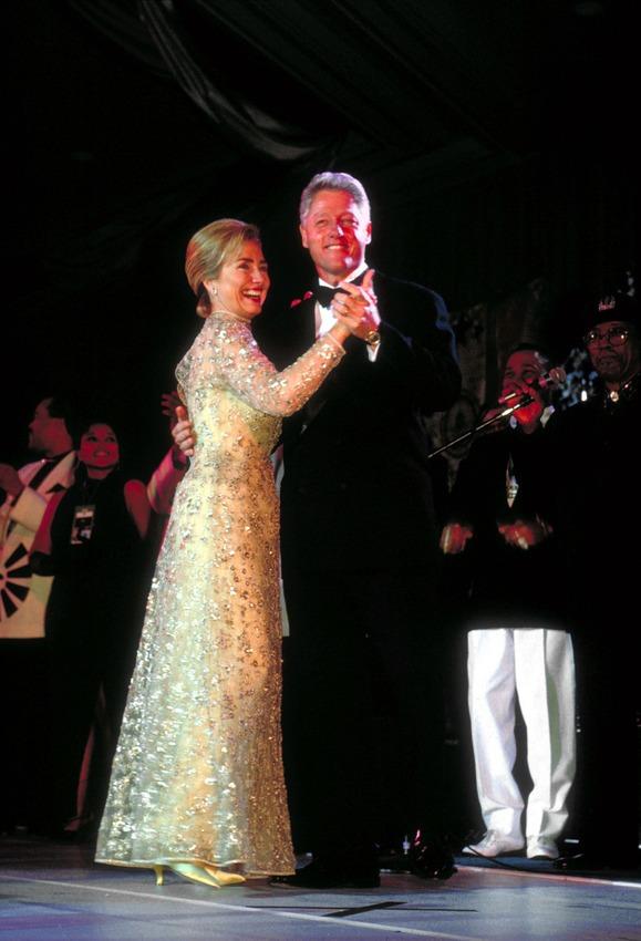 ABŞ-ın keçmiş birinci xanımı Hillari Klinton keçmiş prezidenti Bill Klintonun inaquriyasından sonra ziyafətədə oskar de la Rentanın dizayn etdiyi donda