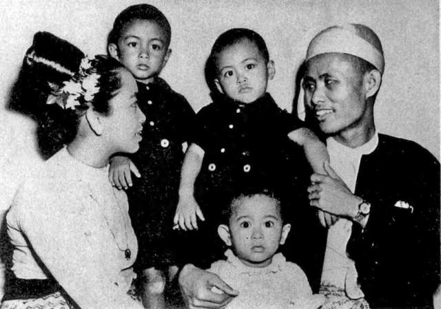 Aunq San Su Çinin ailəsilə 1947-ci ildə çəkilmiş fotosu