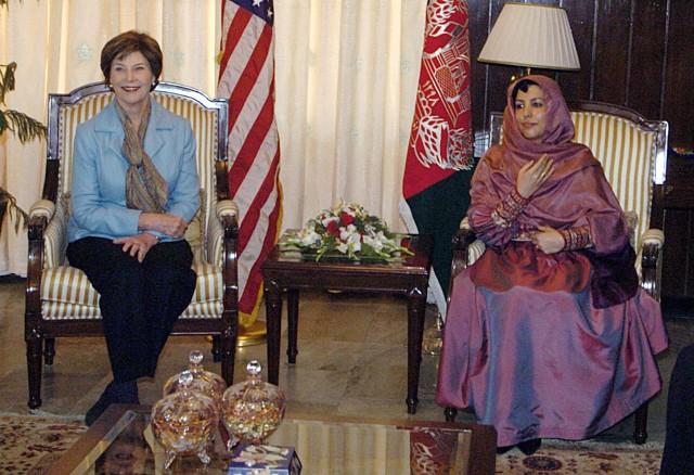 ABŞ-ın keçmiş birinci xanımı Lora Buş Əfqanıstanın keçmiş birinci xanımı Zinət Karzai ilə görüş zamanı