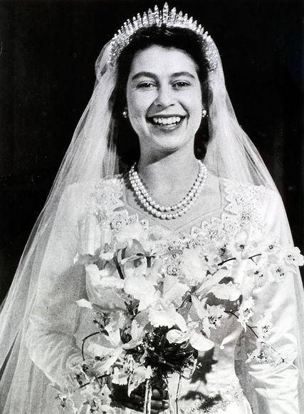 Kraliça İkinci Yelizaveta gəlinlik donunda