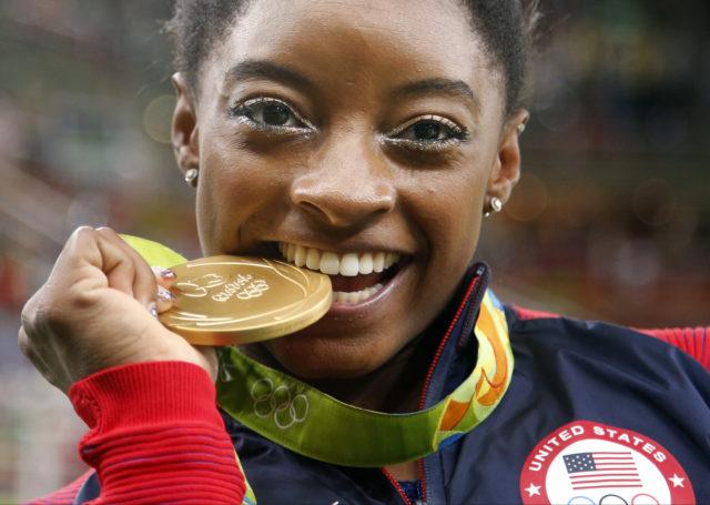 ABŞ-ın qadın idman gimnastikası üzrə komandasının üzvü Simona Baylz Rio de Janeyroda Yay Olimpiya Oyunlarında gimnastika idmanı üzrə yarışlarda aldığı qızıl medalla