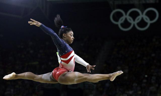 ABŞ-ın qadın idman gimnastikası üzrə komandasının üzvü Simona Baylz Rio de Janeyroda Yay Olimpiya Oyunlarında gimnastika idmanı üzrə komanda  yarışlarının finalında  çıxış edir