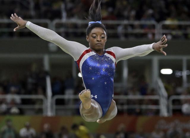 ABŞ-ın qadın idman gimnastikası üzrə komandasının üzvü Simona Baylz Rio de Janeyroda Yay Olimpiya Oyunlarında indivudual proqramla çıxış edir