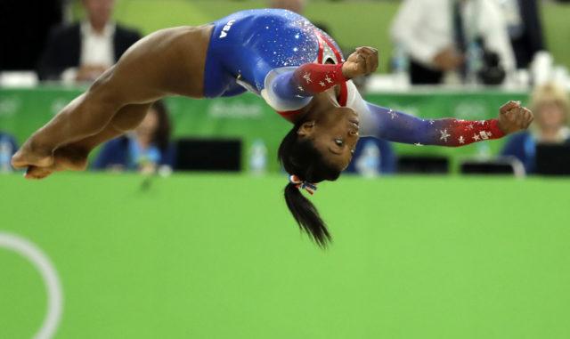 ABŞ-ın qadın idman gimnastikası üzrə komandasının üzvü Simona Baylz Rio de Janeyroda Yay Olimpiya Oyunlarında gimnastika idmanı üzrə yarışların finalında  çıxış edir