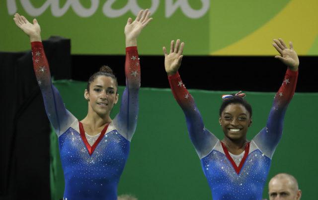 Rio de Janeyroda Yay Olimpiya Oyunlarında gimnastika idmanı üzrə komanda  yarışlarıda qızıl medal almış Simona Baylz  və gümüş medal qazanmış gimnast Aleksandra Raysman