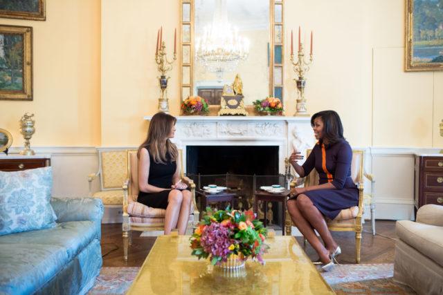 ABŞ-ın birinci xanımı Mişel Obama prezident seçilmiş Donald Trampın xanımı Melaniya Trampı Ağ Evdə qəbul edir