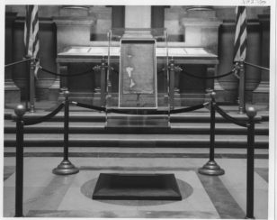 """Vaşinqtonda yerləşən Amerika Milli Arxiv Muzeyində """"Magna Carta""""-nın əsli ən dəyərli eksponatlardan biri kimi sərgilənir."""