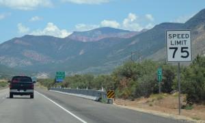 Əhalinin seyrək olduğu bir çox ştatlarda sürət limiti saatda 75 mil - yəni 121 kilometrdir.