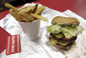 Yüksək kalorili fast food köklüyün başlıca səbəblərindən sayılır.