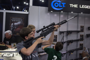 Amerikada 18 yaşına çatmış hər kəsin silah saxlamaq hüququ var.