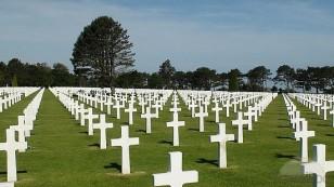 """Nasistlərlə şimərlikdə döyüşdən bir qədər aralıda salının """"Omaha Amerika Məzarlığında"""" 10,000-ə yaxın ABŞ əsgəri dəfn olunub."""