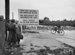 1961-ci ildə Berlin Divarı tikilənədək çox sayda almanlar  şəhərin Sovet sektorundan Amerika sektoruna daxil olaraq kommunist diktaturasını tərk edə bilirdilər.