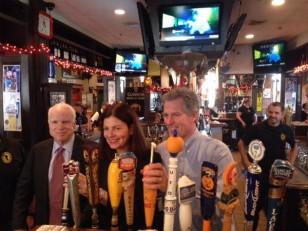 Senatorlar Makkeyn, Ayott və namizəd Braun barda müştərilərə pivə süzürlər.