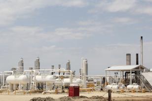 Carrizo Springs şəhərində şist resurslarını emal edən neftayırma zavodu.