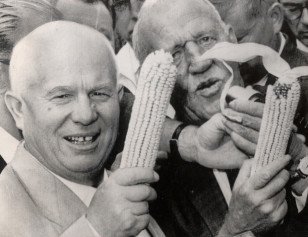 Nikita Xruşçev və Ayova fermeri Roswell Garst əllərində qarğıdalı tutublar.