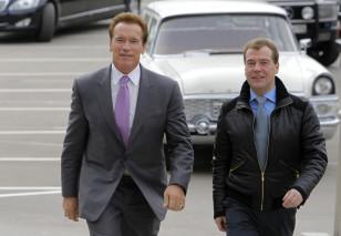 Prezident Dmitri Medvedev Kaliforniya qubernatoru Arnold Şvartsneggeri Skolkovoda qarşılayır.
