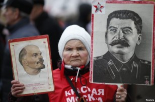 Dövlət təbliğatının yardımı ilə bir çox ruslar İosif Stalini ölkə tarixinin ən görkəmli şəxsiyyəti hesab edirlər.