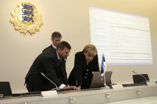 Estoniya baş naziri Andrus Ansip Almaniya kansleri Angela Merkelə ölkəsinin e-hökumət təcrübəsini paylaşır. 26 avqust, 2008.