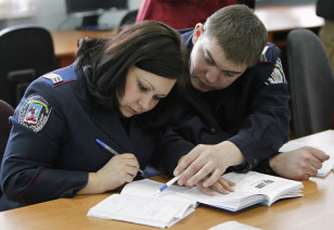 Ukraynada xidmətə başlayan yeni polis zabitləri ingilis dili öyrənirlər.