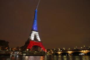 Terror qurbanlarılnın şərəfinə Parisin Eyfel qülləsi Fransa bayrağının rəngləri ilə işıqlandırılıb.