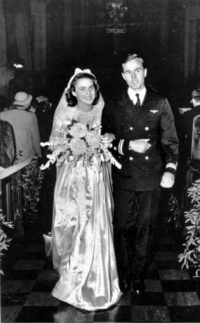 """Leytenant Corc H. U. Buş ordudan məzuniyyətdə olarkən Barbara Pierslə evlənir. 6 yanvar, 1945. """"Atam deyir ki,nikah üzüyü sapfir qaşlıdır. Ana isə hələ də onun göy şüşədən düzəldildiyindən şübhələnir."""""""