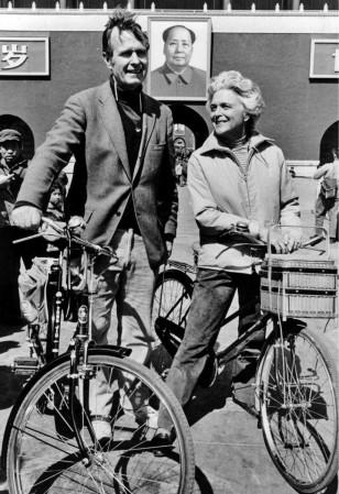 Corc və Barbara Buş Pekində tez-tez velosiped gəzintisinə çıxardılar.