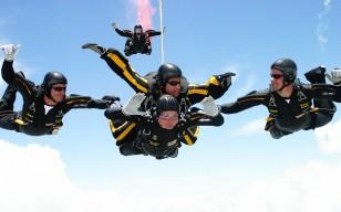 Corc Buş 90-cı ad gününü paraşütdən atılmaqla qeyd edir.