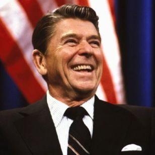 """Prezident Ronald Reyqan: """"Hökumətin iqtaidyyata baxışını bir neçə kəlmə ilə ifadə etmək olar. Tərpənirsə, vergi tut. Tərpənməkdə davam edirsə, nizamla. Əgər dayanıb tərpənmirsə, onda subsidiyalaşdır."""""""