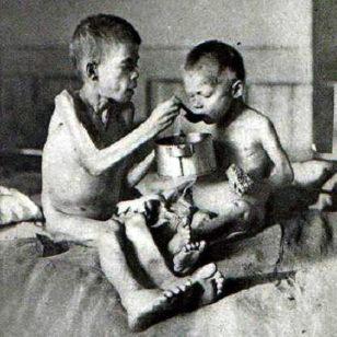 """Stalinin silah gücünə başlatdığı kollektivizasiya- kolxozlaşdırma siyasəti nəticəsində 1932-33-cü illərdə təkcə Ukraynada 5 milyon adamın acından öldüyü təxmin edilir. Həmin facivəi dövrü Avropanın çörək zənbili kimi tanınmış yurdun sakinləri indi """"Holodomor"""" kimi anırlar."""
