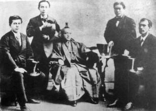 1871-ci ilin noyabrında İvakura Missiyası ABŞ və Avropanın təhsil sistemini öyrənmək üçün 2 illik ekspedisiyaya çıxdır. Bu missiyanın tərkibində sonradan Yaponiyanın təhsil sistemini Amerika təcrübəsi əsasında təşkil etməyə cəhd göstərəcək gələcək təhsil naziri Tanaka Fucimaro var idi.