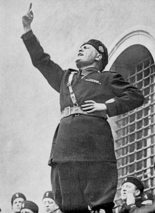 Benito Mussolini tələbələr qarşısında çıxış edir