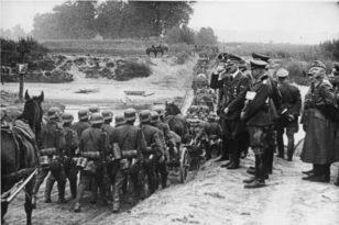 Adolf Hitler alman əsgərlərinin Polşaya yürüşünü izləyir.