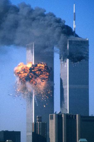 Dünya Ticarət Mərkəzinin cənub qülləsi təyyarə ilə vurulduqdan sonra alovlanır. 11 sentyabr, 2001.