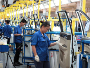 Çinin dünya istehsal bazarında lider mövqeyə çıxması ölkə sakinlərinin gəlirlərində ciddi artımla müşayiət olunur.