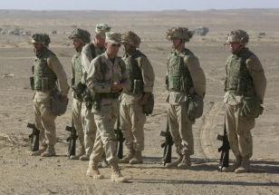 Briqada generalı Ceyms Mattis əfqan müxalifət liderinin dəfnində iştirak zamanı ABŞ dəniz piyadalarının önü ilə addımlayır.