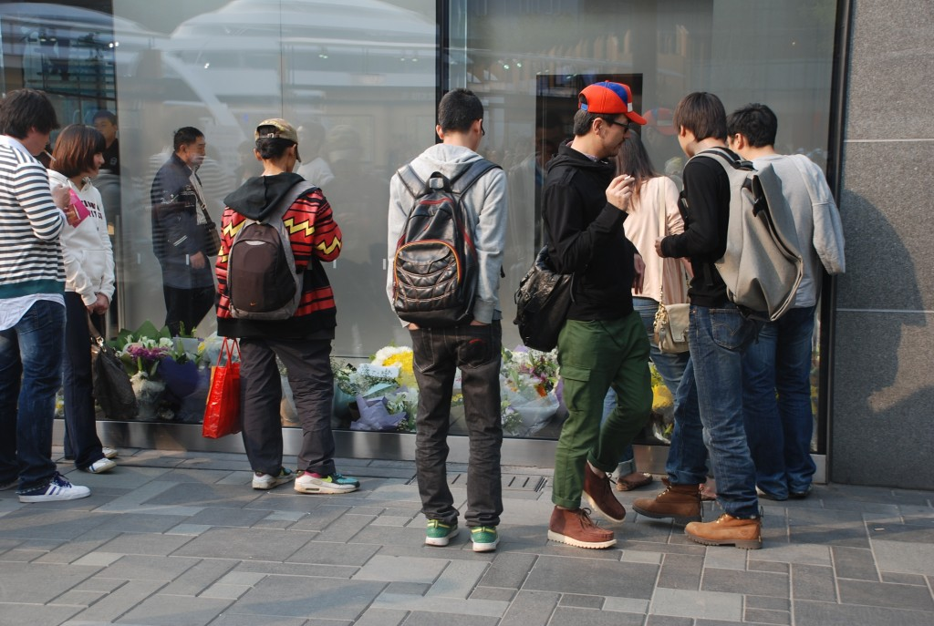 Fans of Steve Jobs' pay their respects outside the Apple store in Beijing.