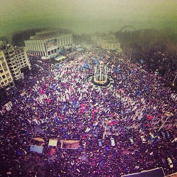 კვირას, 24 ნოემბერს მომიტინგეთა რაოდენობამ, რომელიც პრეზიდენტ იანუკოვიჩის გადაწყვეტილებას აპროტესტებდა, 100 ათასს გადააჭარბა