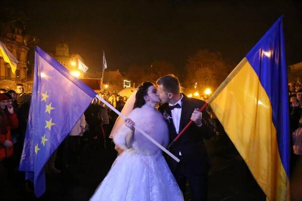 ლვოველმა წყვილმა ქორწილიდან პირდაპირ დასავლეთ უკრაინის ამ ყველაზე დიდ ქალაქში გამართულ აქციას მიაშურა