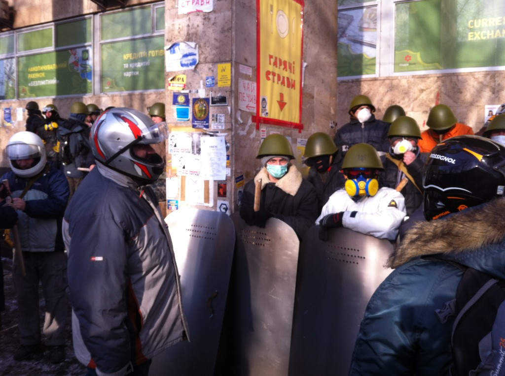 """მოხალისე """"მებრძოლები"""" მეიდანის გარკვეული მისიით დატოვებისთვის ემზადებიან. ჯიმ ბრუკის ფოტო"""