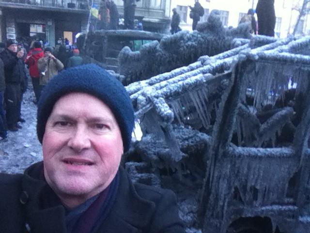 დემონსტრანტების მიერ დამწვარი საბურავების კვამლმა და პოლიციის მიერ მიშვებულმა წყლის ნაკადმა მეიდანი შავი ყინულით დაფარა. ჯიმ ბრუკის ფოტო