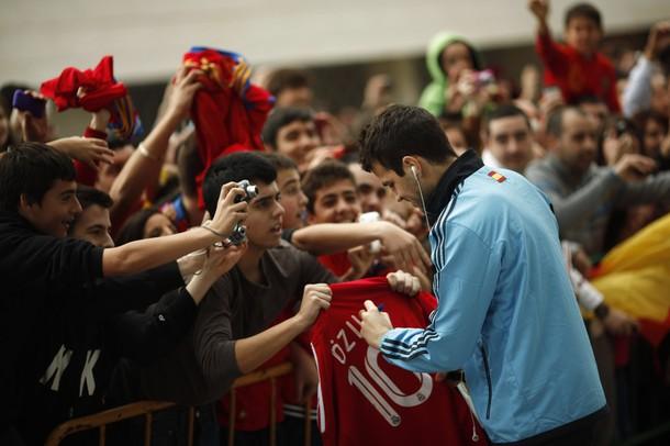 """Cesc Fabregas na kungiyar Barcelona FC yana rubuta hatiminsa """"Signature"""" ma wani dan kallo, amma kuma a jikin rigar Mesut Ozil na abokiyar adawarsu kungiyar Real Madrid ranar talata 28 Fabrairu 2012. Wai ba ya kishin kulob dinsa ne?"""