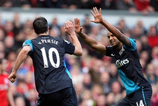 Kyaftin na Arsenal Robin Van Persie, a hagu, yana murnar kwallon da ya jefa a ragar 'yan Liverpool tare da abokin wasansa Theo Walcott, a dama. Kwallon da ya jefa ana dab da tashi shi ya tsame wa 'yan Arsenal kitse a wuta a wannan karon batta ta yau asabar da suka yi a Anfield.